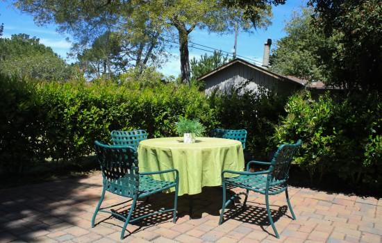 Carmel Resort Inn - A seating area at Carmel Resort Inn