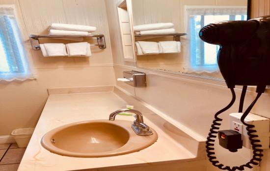 Carmel Resort Inn - Deluxe Family Room Bathroom